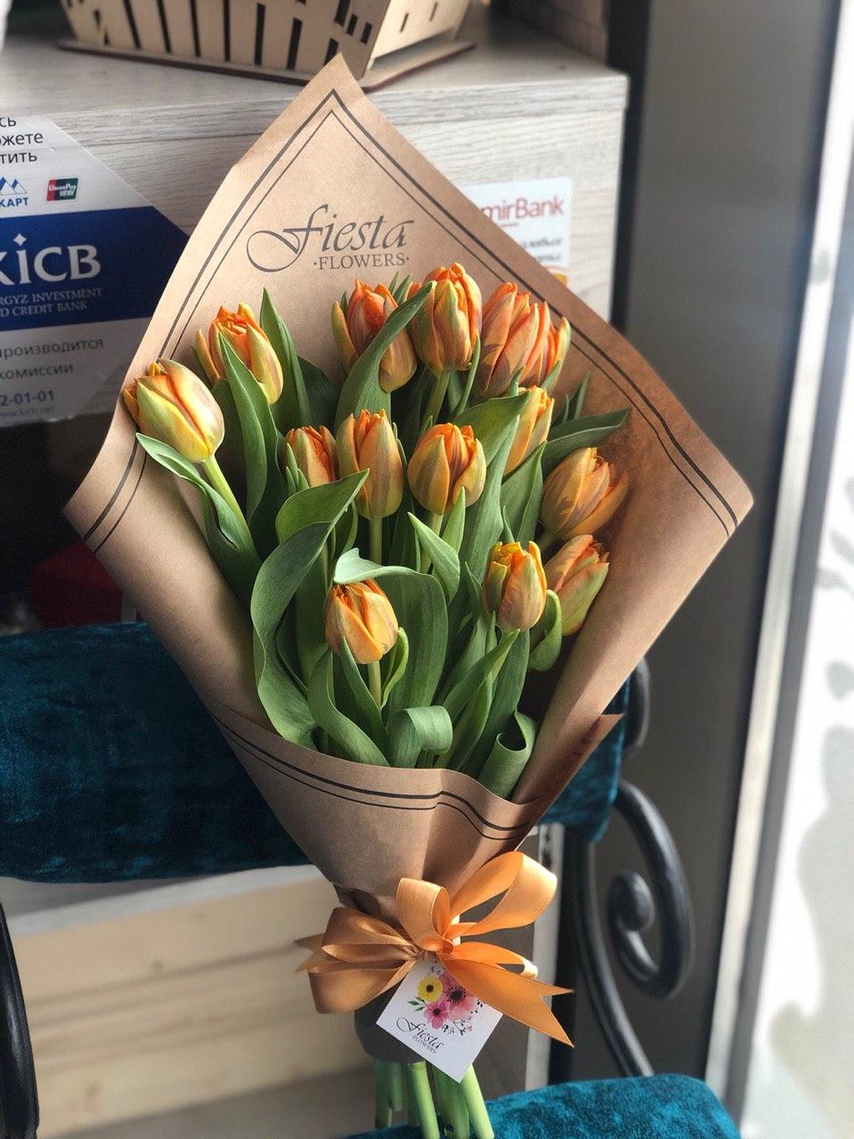 Букет из 9 тюльпанов в сетке